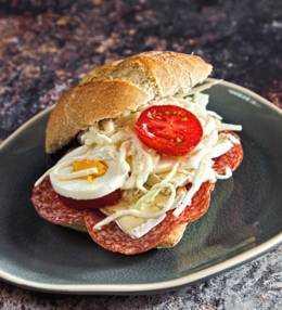 gefülltes Weckerl mit Salami & Mayo-Kraut, super einfacher Snack