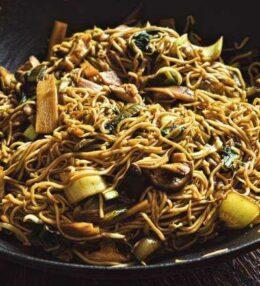 gebratene Nudeln aus dem Wok mit Gemüse und Pilzen