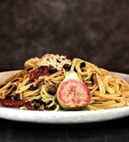 Pasta Pancetta, Pomodori Secchi, Melanzane, einfach schnell!