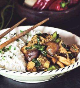 WOK Pfanne mit Huhn, asiatischen Pilzen und Pak Choi