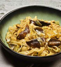 gebratene Reisnudeln Huhn & Pilze aus dem Wok, einfach und schnell
