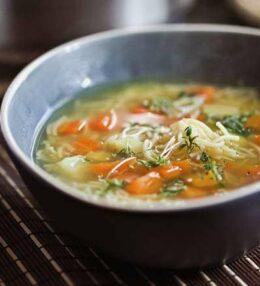 Gemüse Suppe mit Nudeln, natürliche Medizin voller Vitamine