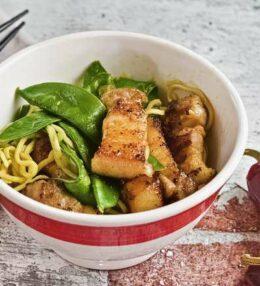 Pork Belly mit Zuckerschoten und Curry Nudeln, ganz einfach gemacht