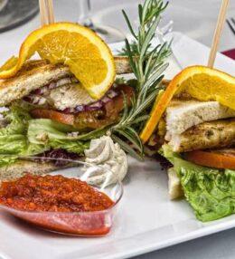 Club Sandwich, feine Hühnerbrust, knuspriger Toast, himmlischer Genuss!