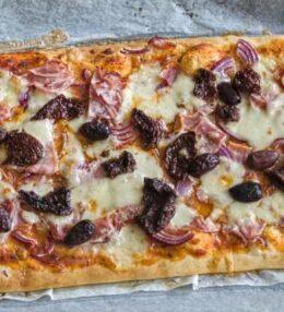 Grillteig Pizza Rustikal, Schinken, Käse, Olive, Tomate, Zwiebel