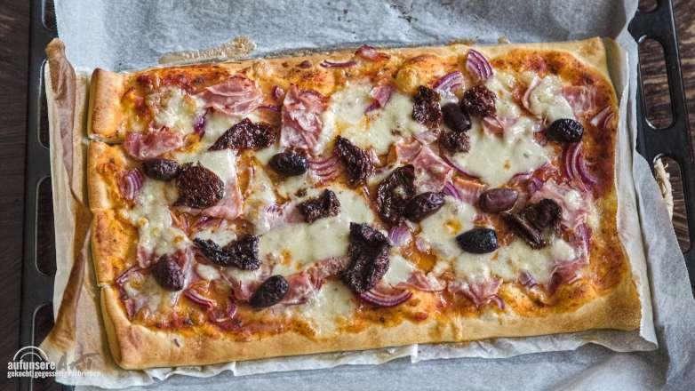 Grill Teig Pizza Schinken Käse Olive Rezept